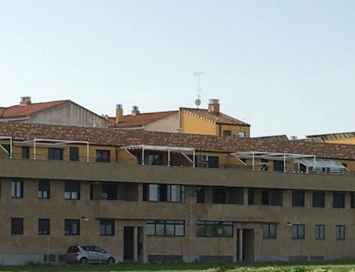 Pasividad del Ayuntamiento de Villares de la Reina ante cerramientos ilegales en viviendas